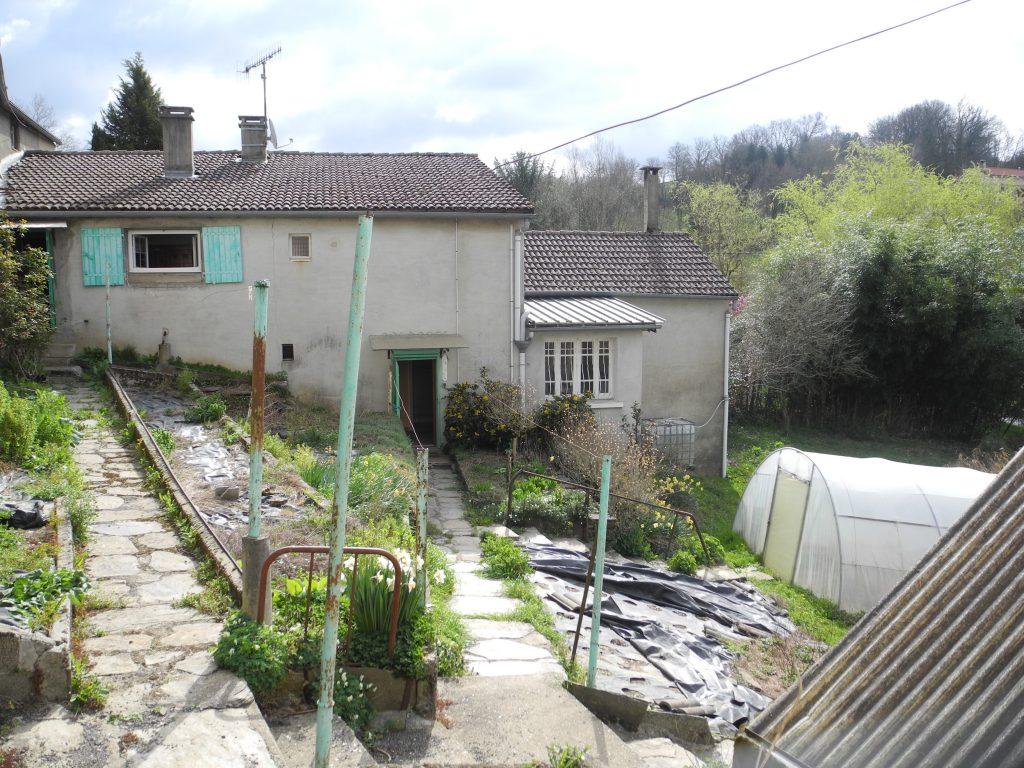 Maison, serre et bacs à semis sur la partie basse du lieu